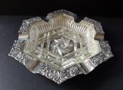 Stříbrný zdobený popelník s čirým sklem