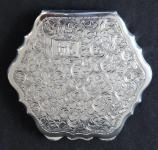 Stříbrná pudřenka s monogramem M. K.