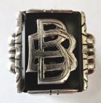 Stříbrný prsten s monogramem a onyxem