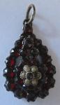Přívěsek s granáty a říčními perličkami