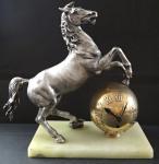 Stolní hodiny se soškou koně