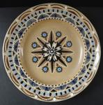 Keramický béžový talíř, s ornamentem