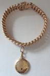 Zlatý náramek s medailonem