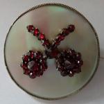 Kulatá brož s perletí a granátovými kytičkami