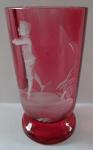Růžová sklenička s bílou postavou chlapce
