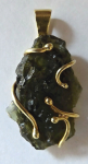 Zlatý přívěsek s vltavínem