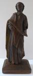 Dřevěná malá soška muže v plášti