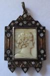 Přívěsek, s portrétem z profilu
