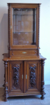 Skříňka se sloupky, řezbou a vitrínou se šuplíkem
