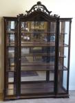 Tmavší vitrína, s řezbovaným štítem - Louis Philippe