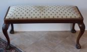 Čalouněná nízká lavička, s řezbou - Gerstel