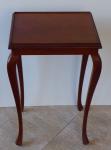 Mahagonový malý stolek, s řezbovanou lištou