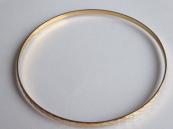 Zlatý náramek, kruh, s geometrickým ornamentem