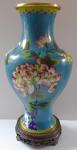 Váza Cloisonné, s květy - dřevěný podstavec