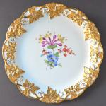 Míšeňský talíř se zlatými listy a květinami - Míšeň