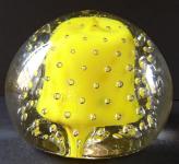 Skleněné těžítko se vzduchovými bublinkami