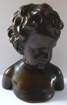 Bysta chlapce s kučeravými vlasy, bronzová patina