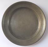 Cínový talíř s monogramem a datací 1826