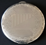 Stříbrná kulatá pudřenka, s gravírovaným ornamentem