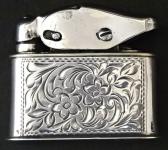 Stříbrný zapalovač s gravírovaným ornamentem