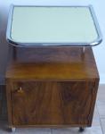 Noční stolek z ohýbaných trubek a dřevěnou skříňkou