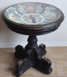 Historizující stolek s řezbou a japonským velkým porcelánovým talířem