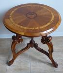Kulatý stolek s řezbou a intarzovanými růžemi