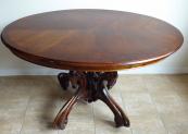 Stůl s oválnou deskou a středovou zdobnou nohou