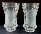 Dvě sklenice z lisovaného a matného skla, s růží