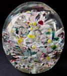 Těžítko s pestrým velkým květem a vzduchovými bublinkami