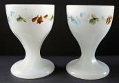 Dva pohárky z alabastrového skla, s malovaným věnečkem
