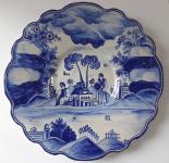 Fajánsový modrobílý talíř s postavami - Úředníček, Tupesy, družstvo Zádruha