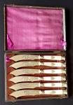 Postříbřené nožíky s perletí, maskarony, štítem s monogramem