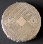 Malá stříbrná kulatá pudřenka, zdobená