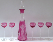 Karafa a pět vysokých skleniček, čiré a růžové sklo