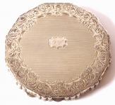 Stříbrná kulatá pudřenka, gravírovaný okraj, monogram T. V.