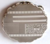 Větší stříbrná pudřenka, gravírovaná - ryté písmeno W
