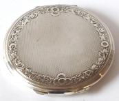 Kulatá stříbrná pudřenka, ornamentální okruží, gilošování