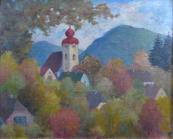 Podzim v městečku s kostelní věží a kopci