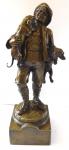 Bronzová soška mladého muže s jezevčíky