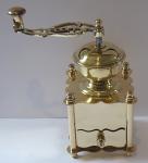 Mosazný kávomlýnek, klička ve tvaru lyry