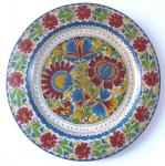 Dřevěný talíř s malovanými barevnými květinami
