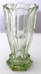 Jemně světle zelená váza, s fazetami