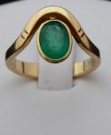 Zlatý prsten, s vlnkou a oválným smaragdem
