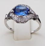 Prsten z bílého zlata a platiny, s diamanty a modrým safírem