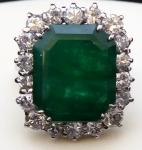 Prsten z bílého zlata, brilianty 2,50 ct a velkým smaragdem