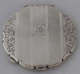 Stříbrná pudřenka, monogram J. CH.