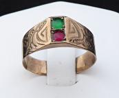 Prsten ze slitiny se zlatem, červený a zelený kamínek