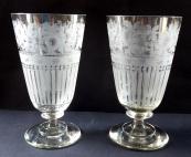 Dvě skleničky s broušenými květinami a pruhy