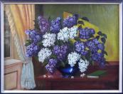 Šeříky v modré váze na stole u okna